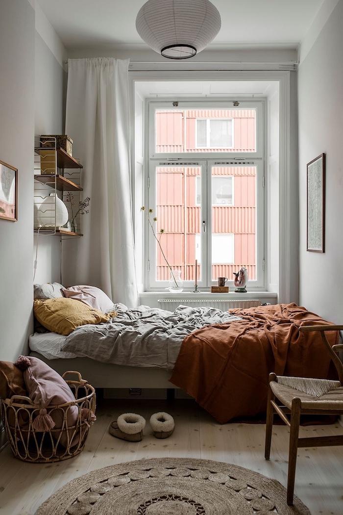 inspiration und ideen teenager zimmer mädchen interior design modern minimalistische einrichtung schlafzimmer braunrote decke korb mit kissen gelb großes fenster weiße gardinen