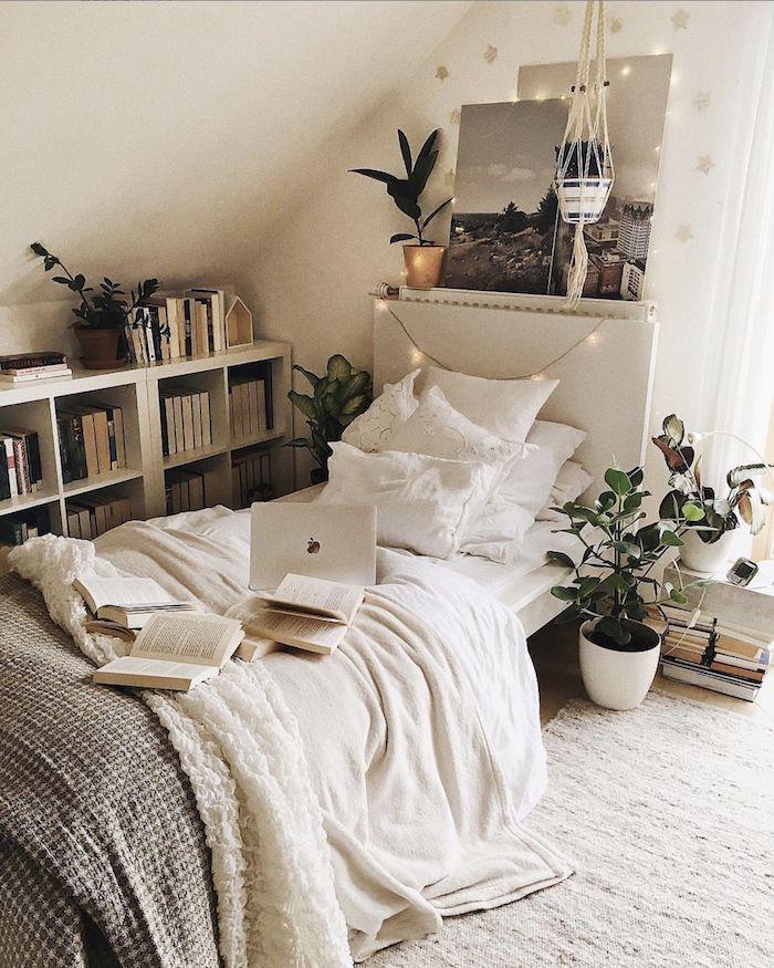 interior design inspiration kleines jugenzimmer einrichten offener bücherregal einrichtung neutrale farben weiß und beige zimmer mit dachschräge
