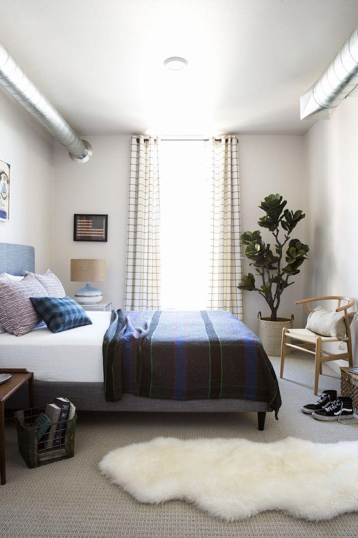 jugenzimmer ideen jungs großes bett dunkelblaue decke große deko pflanze weißer dekorativer teppich kleine räume einrichten modern