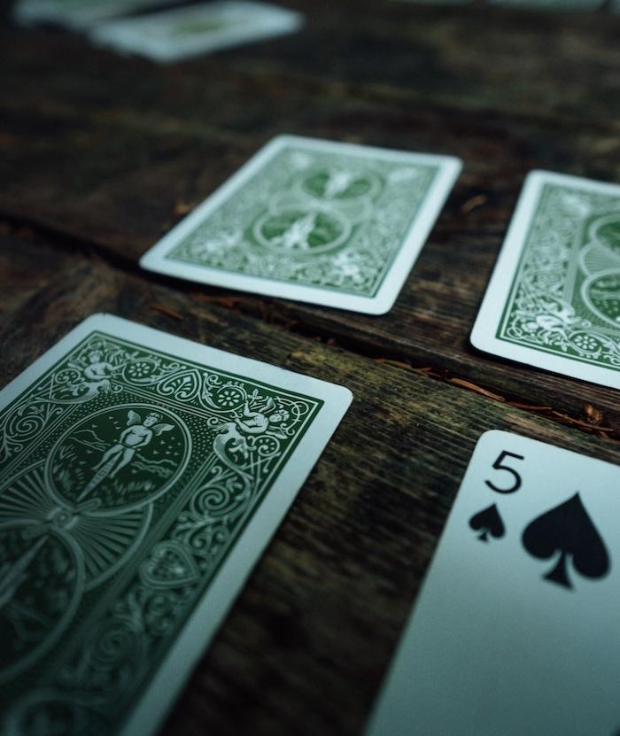 karten spielen grüne karten was kann man trotz corona machen ein tisch aus holz und grpße karten freizeitaktivitäten