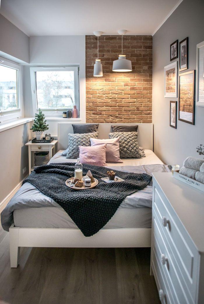 kleine räume geschickt einrichten inspiration inneneinrichtung jugendzimmer modern deko kissen rosa grau braune ziegelmauer kleine fenster deko bilder für die wand