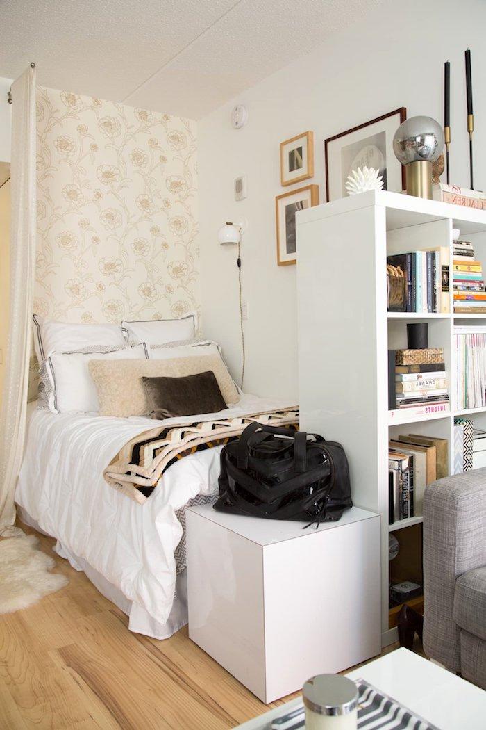 kleine schlafzimmer ideen teenager mädchen ikea jugenzimmer kleines bett mit bücherrega kleinen raum einrichten tapette mit blumen wangestaltung bilder