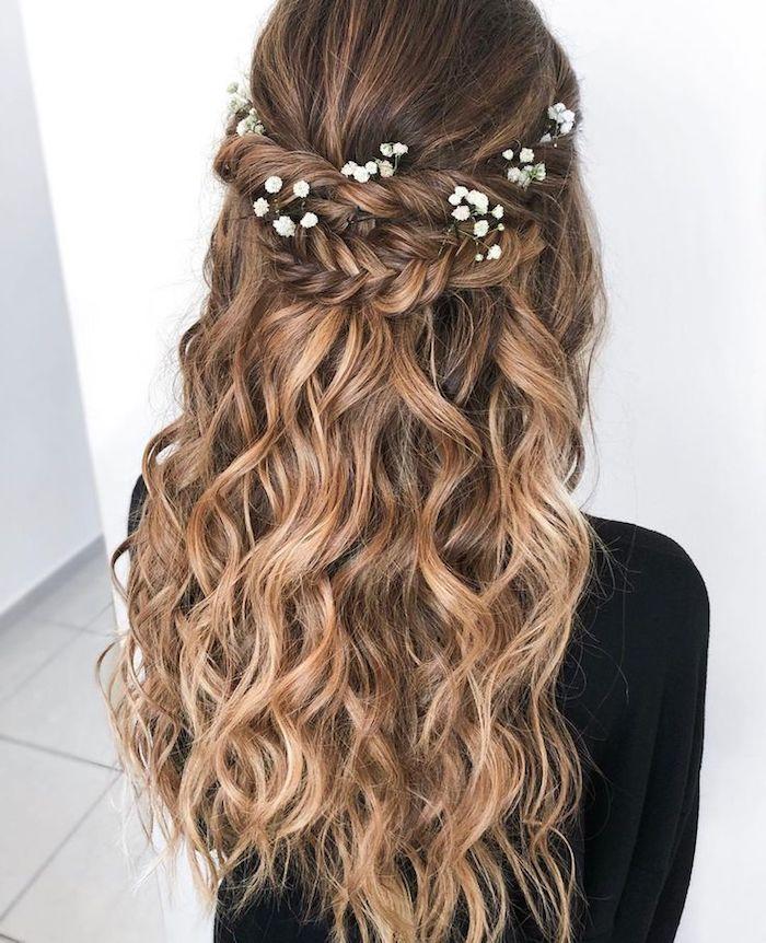 kleine weiße blumen im haar flechtfrisuren hochzeit hochsteckfrisuren mit locken braune haare blonde strähnen ideen für brautfrisur halboffen
