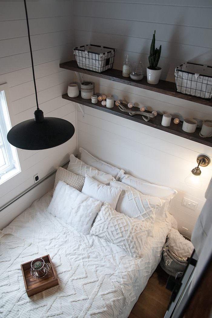 kleinen raum einrichten minimalistischer stil teenager zimmer mädchen ikea weiße bettwäsche schwarze hängende lampe offene regale mit dekoration