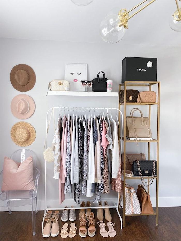 kleines zimmer einrichten offener kleiderschrank jugendzimmer durchsichtiger stuhl pinker kissen moderne klamotten stylishe schuhe taschen aufgehängte hütten