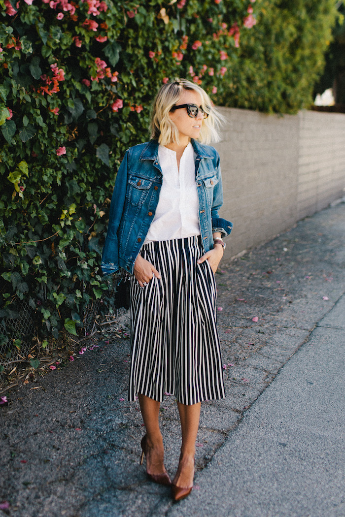 kurzhaarfrisuren blonde haare schwarz weiße culotte gestreift jeansjacke und weiße bluse elegante high heels