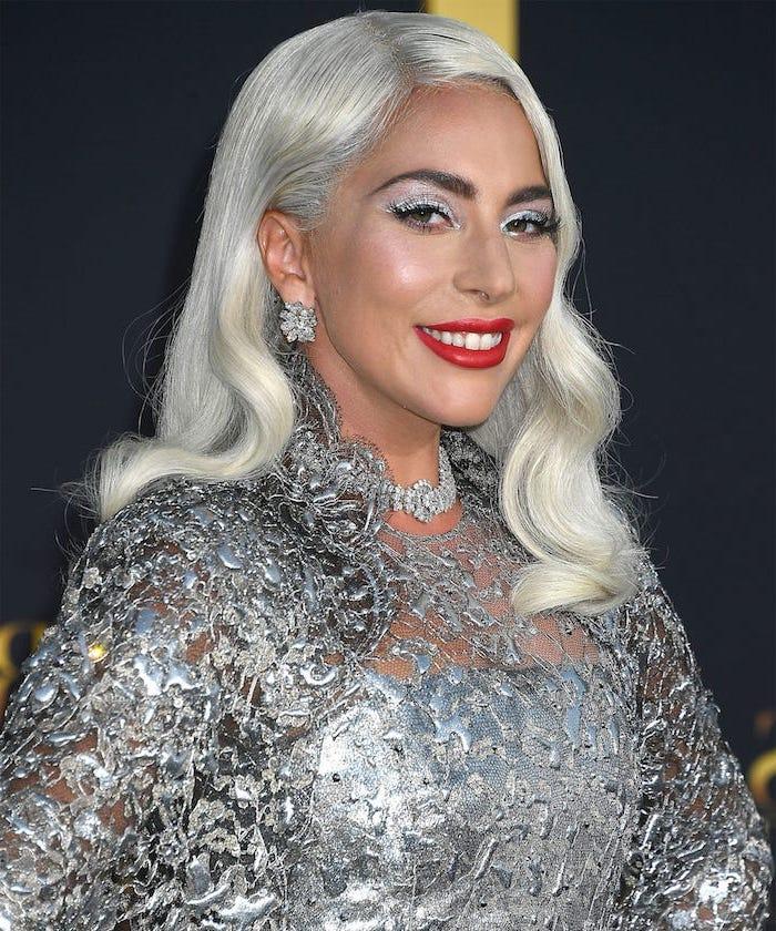 lady gaga frisur für schulterlangen haarschnitt graue haarfarbe elegant mit silberem kleid und schmuck