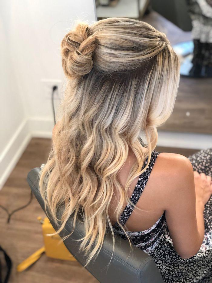 lange blonde haare mit strähnen mit wellen halboffene frisuren braut dutt frisuren elegante ideen und inspiration brautfrisur