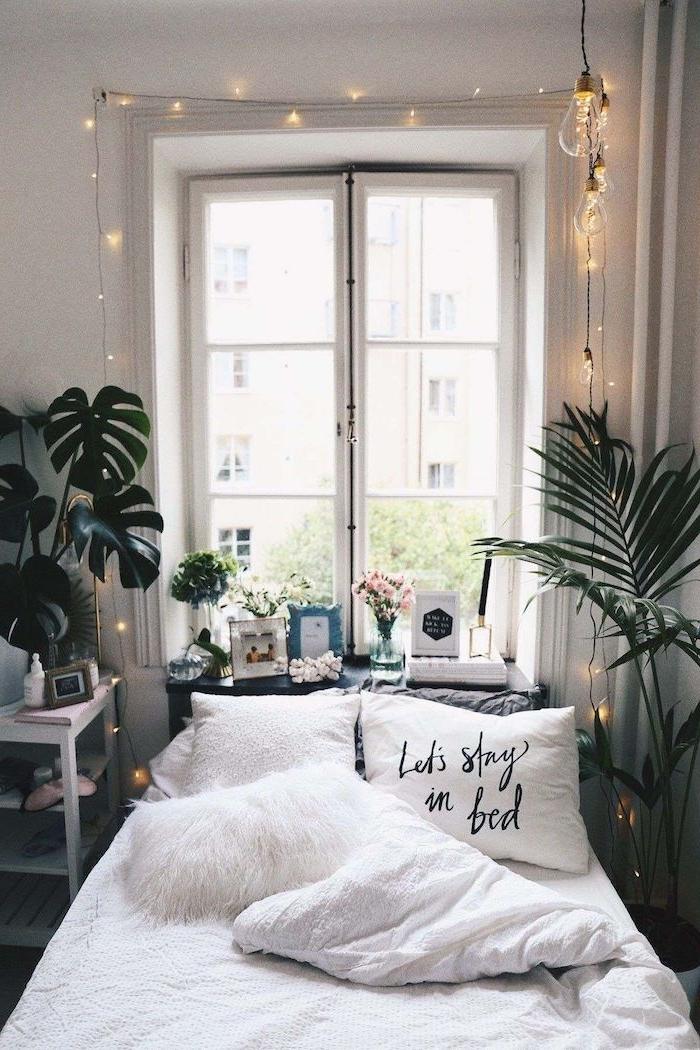 lets stay in bed weißer kissen mit aufschrift deko artikel tumblr room pflanzen und lichterketten teenager mädchen raum einrichten interior trends 2020