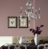 lila töne esszimmer einrichten esszimmergestaltung wände streichen esszimmerdeko kronleuchter bilder