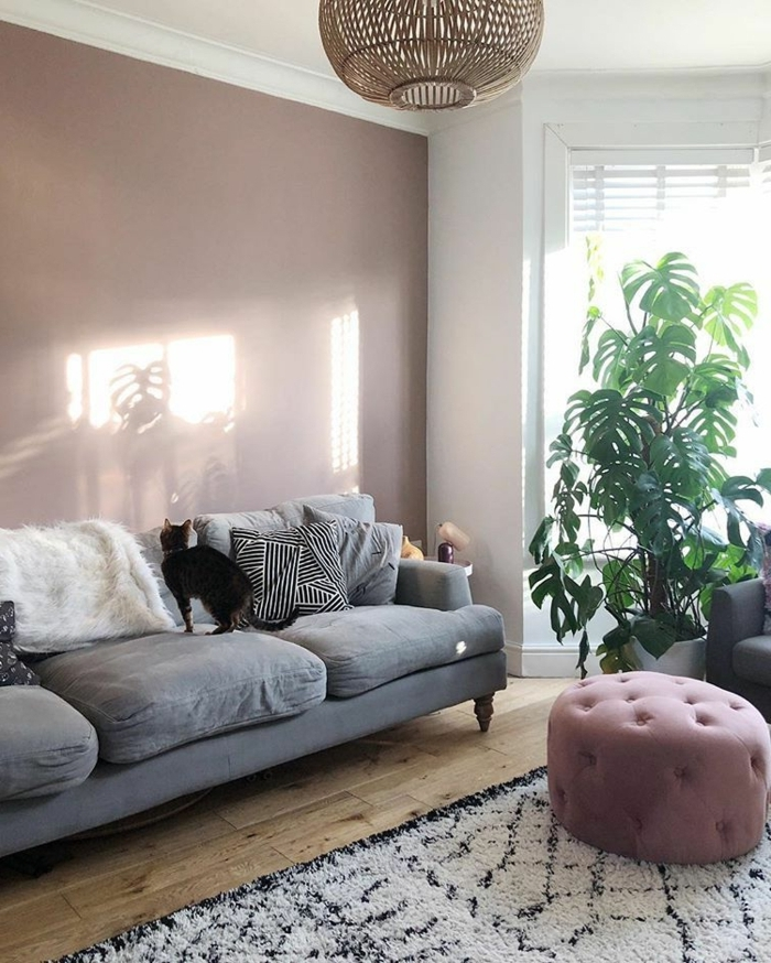 lila töne wohnzimmer einrichtung graues sofa designer hocker wohnzimmerdeko beispiele