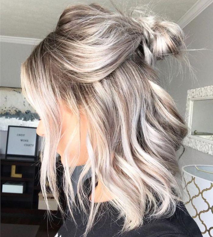 lockere frisur für schulterlangen haarschnitt für den alltag grau blondes welliges haar mit ombre effekt frau in schwarzem t shirt