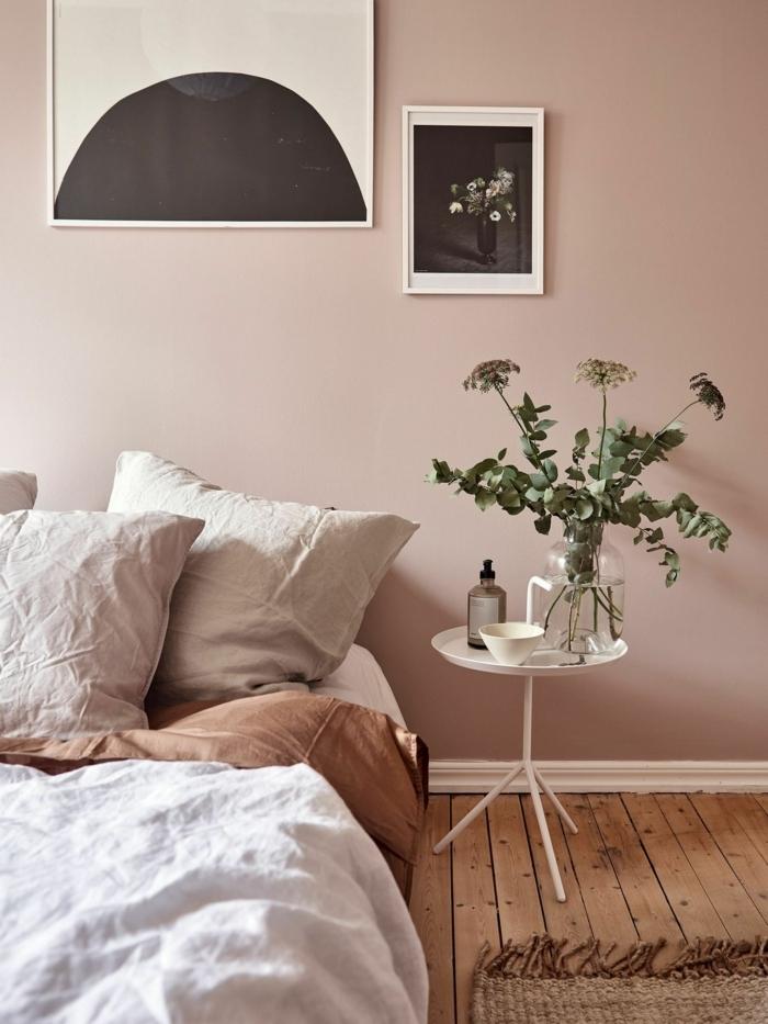 malve farbe mauve taupe farbeideen für das schlafzimmer zmmer destalten zimmerdeko pflanzen kleiner weißer tisch boden aus holz