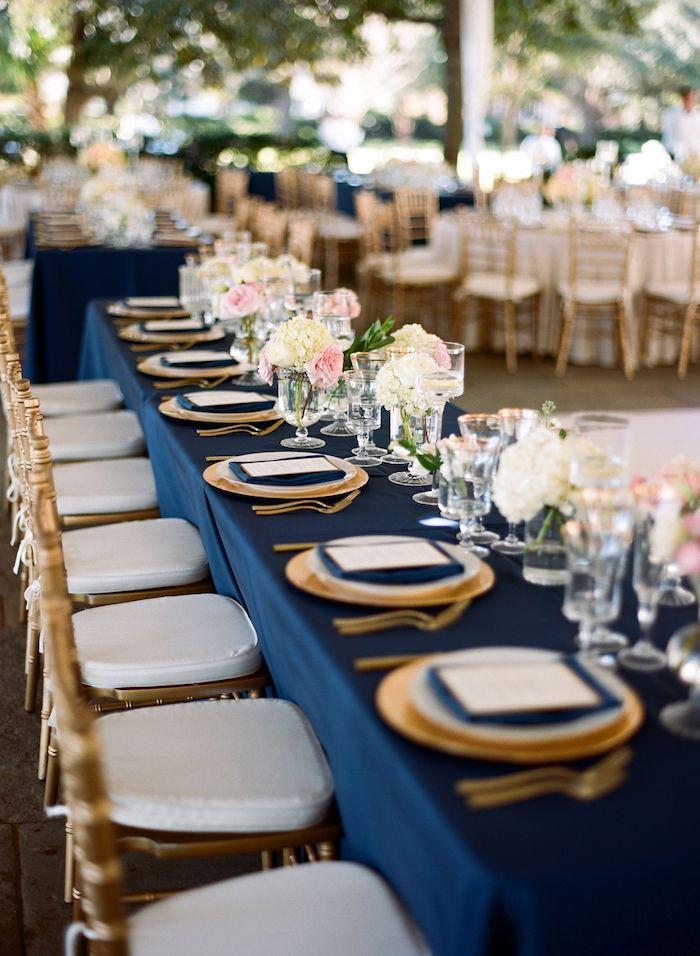 marineblau und gold tischdeko zur goldenen hochzeit teller in weiß und gold dunkelblaue servietten und tischdecke weiß goldene stühle