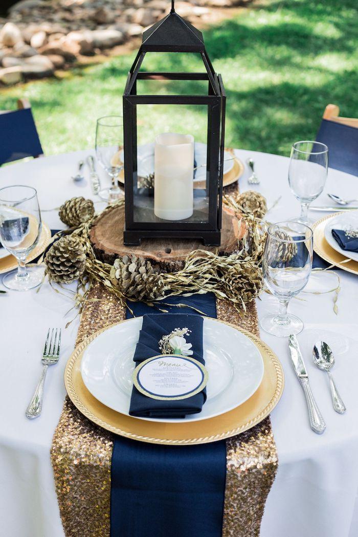 marinenblau und gold tischdeko zur goldenen hochzeit kerzlaterne weiße teller