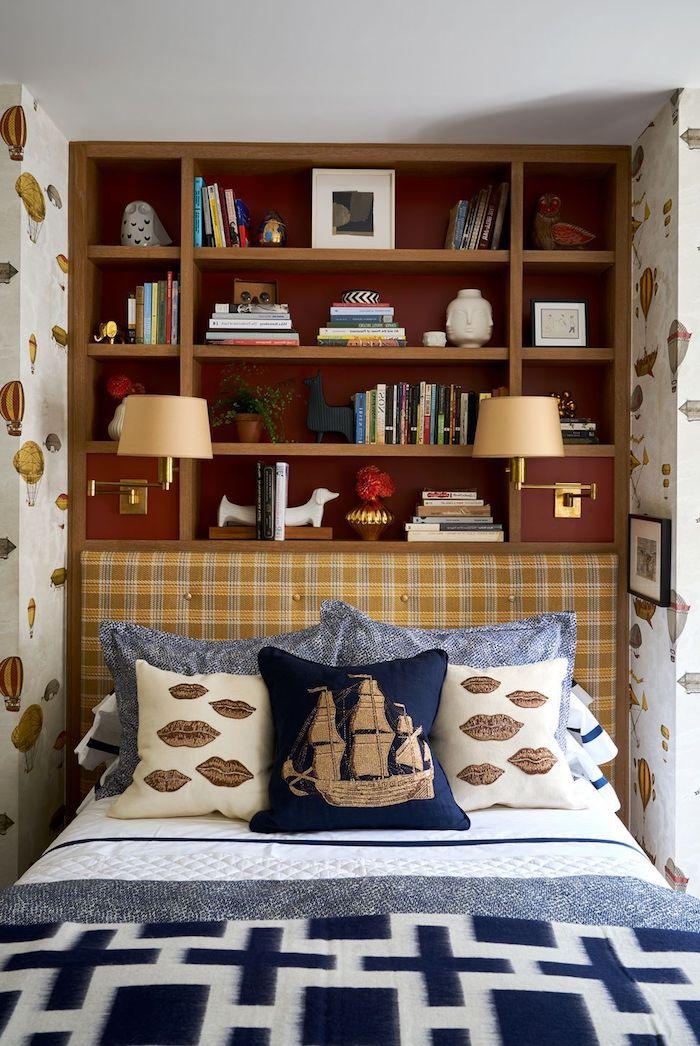 maritime motive blaue weiße deko kissen kleines jugendzimmer einrichten eingebaute regale aus holz tapete mit heißluftballons inspiration interiro design