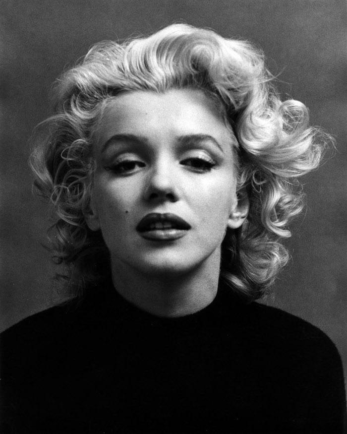 merilyn monroe frisur für mittellanges haar blond schwarz weißes foto schwarzer rollkragenpulli