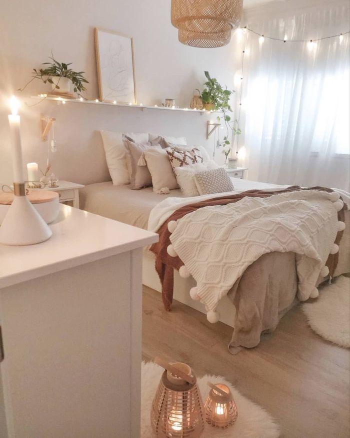 minimalistische einrichtung schlafzimmer weiße töne tumblr zimmer ikea dekoration lichterketten grüne pflanzen deko schlichte dekoration