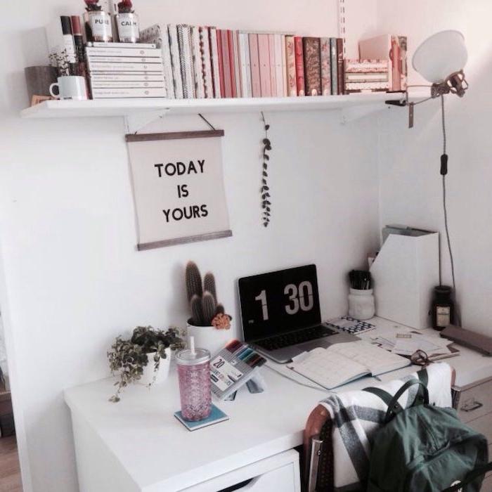 minimalistische einrichtung zimmer tumblr schreibtisch offenes regal mit büchern poster mit inspirierendem zitat teenager zimmer trendig einrichten