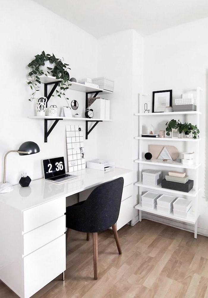 minimalistische innenausstattung weißer schreibtisch schwarzer stuhl zimmer tumblr inspiration einrichtung ideen holzboden deko pflanzen