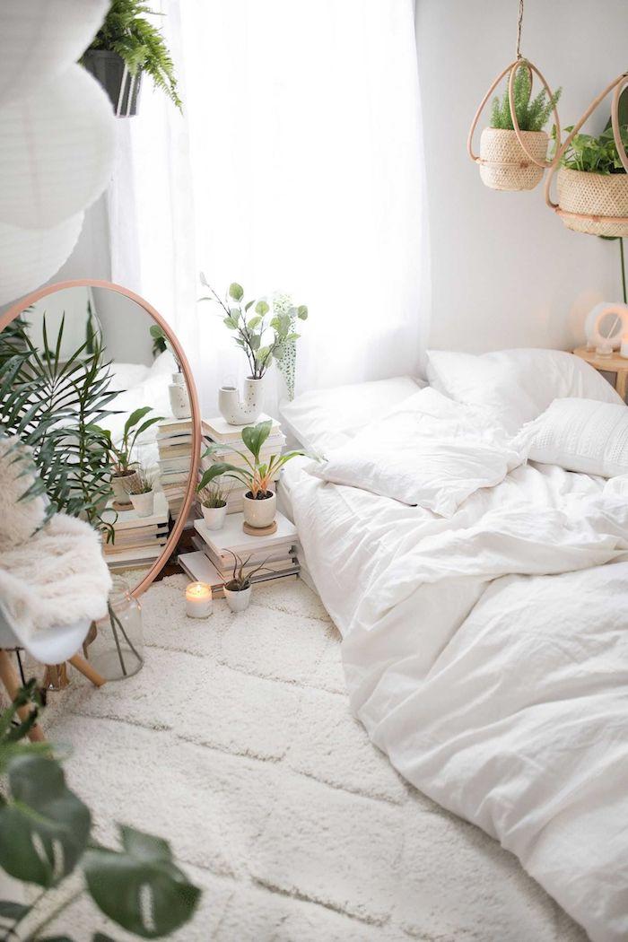 minimalistische innenausstattung zimmer einrichten ideen weiße mit grünen pflanzen großer runder spiegel monochrome einrichtung weiß beiger teppich