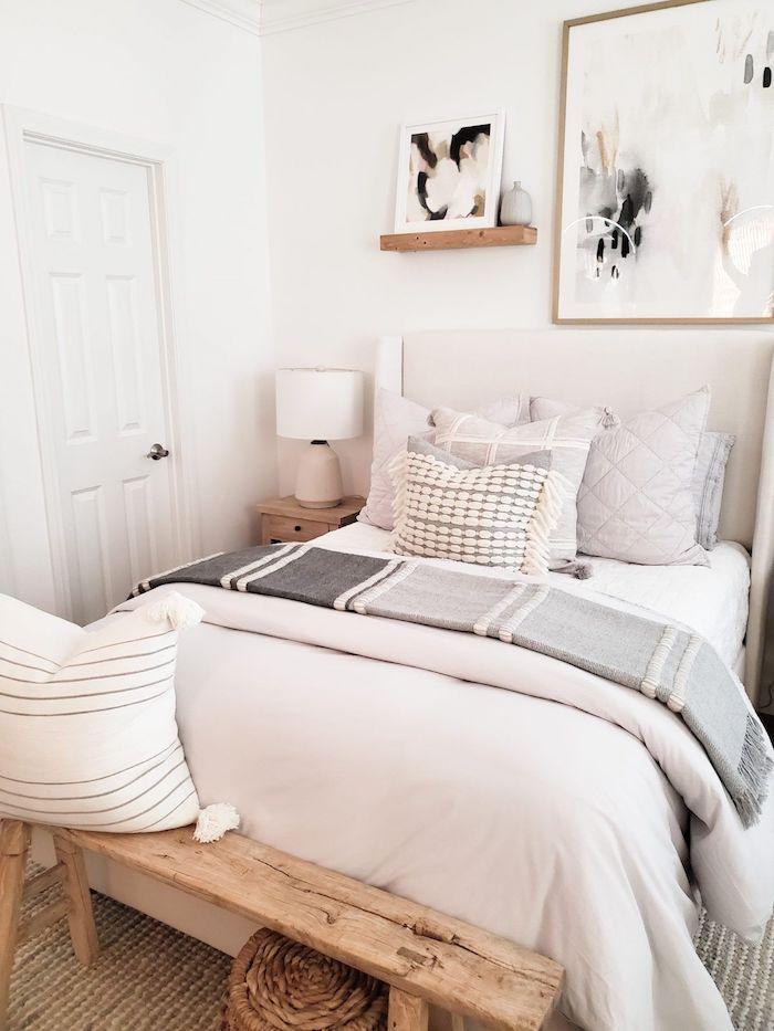 minimalistische inneneinrichtung weiße farben kleines jugenzimmer einrichten dekorative holzbank großes wandgemälde deko teenager mädchen zimmer ausstattung dekorative kleine kissen