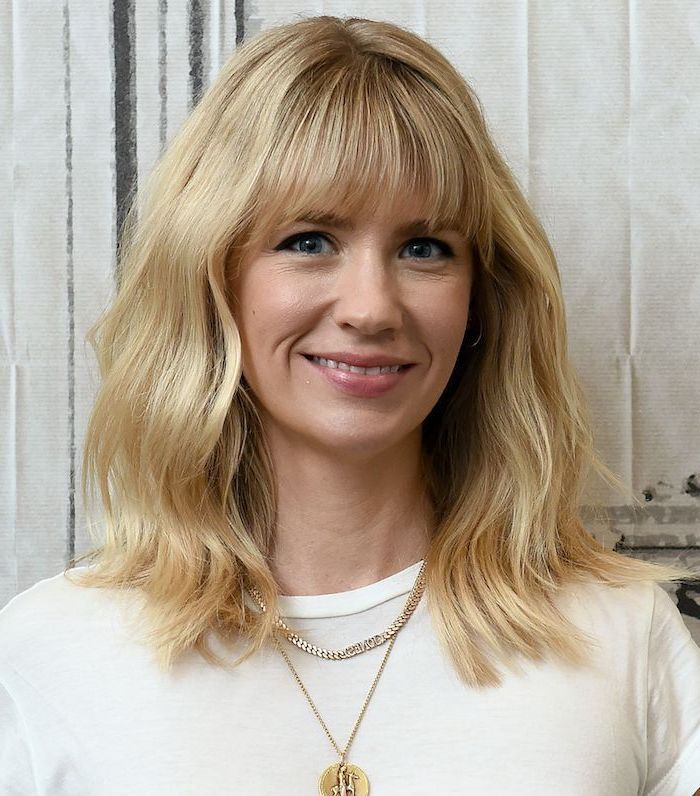 mittellanges haar mit pin blond frau mit blauen augen leicht geschminkt mit weißer bluse und goldener halskette