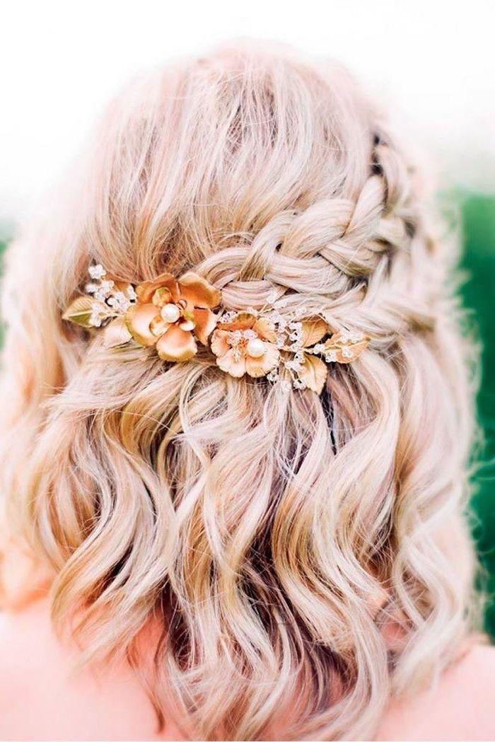 mittellanges lockiges blondes haar mit zopfen und haarspange mit orangen blumen und perlen