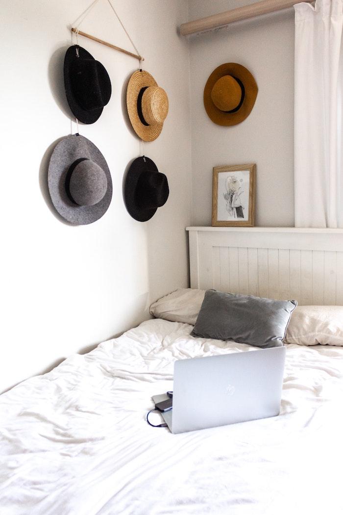moderne ausstattung schlafzimmer wandgestaltung jugendzimmer aufgehängte hütten grauer kissen weiße bettwäsche laptop auf bett