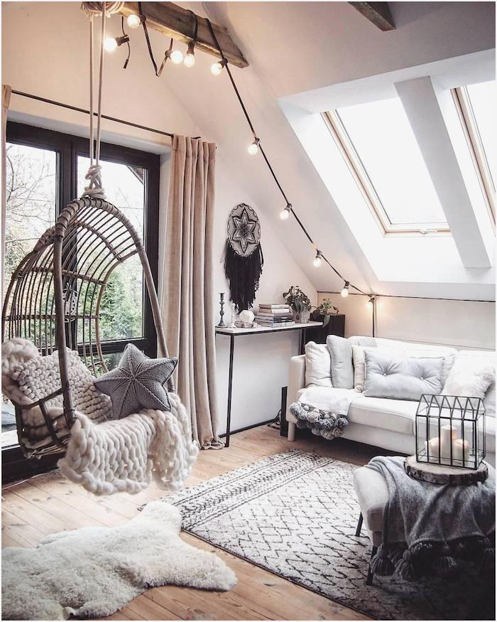 moderne-einrichtung-dekoartikel-wohnzimmer-schaukel-dachschräge-mit-großem-fenster-flauschiger-teppich-lichterkette-deko-tumblr-zimmer-deko-inspo