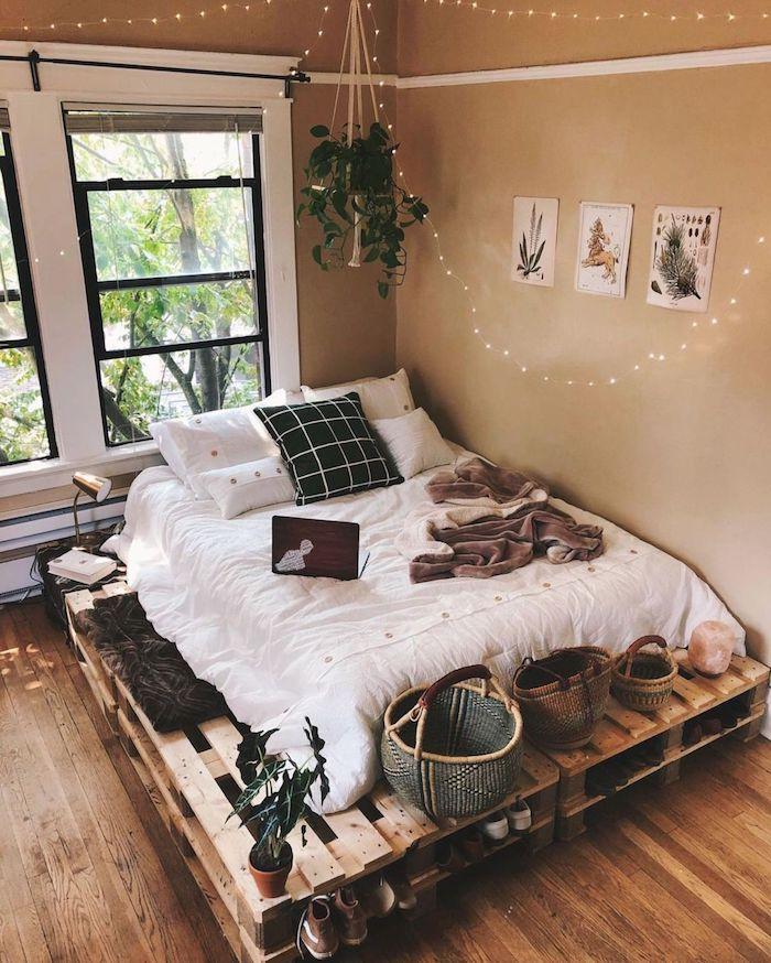 modernes bett aus paletten tumblr zimmer ideen inneneinrichtung inspiration aufgehängte lichter grüne pflanzen ddekoration boho chic einirchtung schlafzimmer