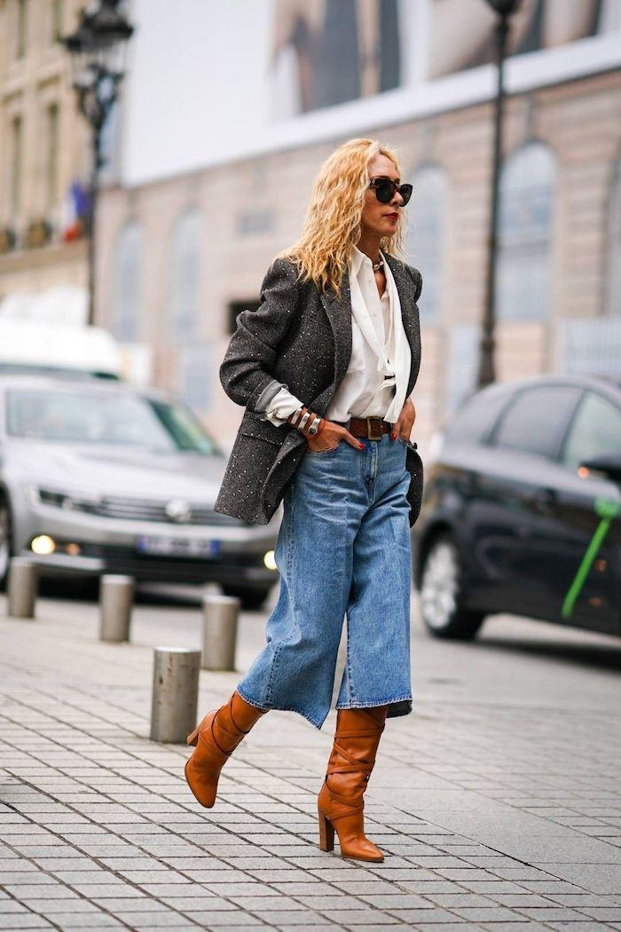 modernes und elegantes outfit culottes jeans braune stiefel mit absatz schwarzer blazer weiße elegante bluse frau mit blonden haaren street style