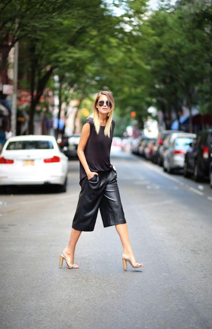 monochromes schwarzes outfit beige schuhe mit absatz leder culottes aviator sonnenbrillen frau mit blonden haaren new york street style
