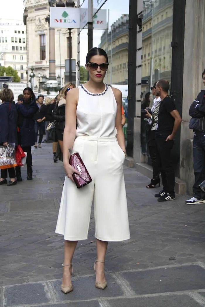 monochromes weißes outfit culotte hose kombinieren hohe taille beige schuhe lila clutch elegantes top in weiß street style outfit