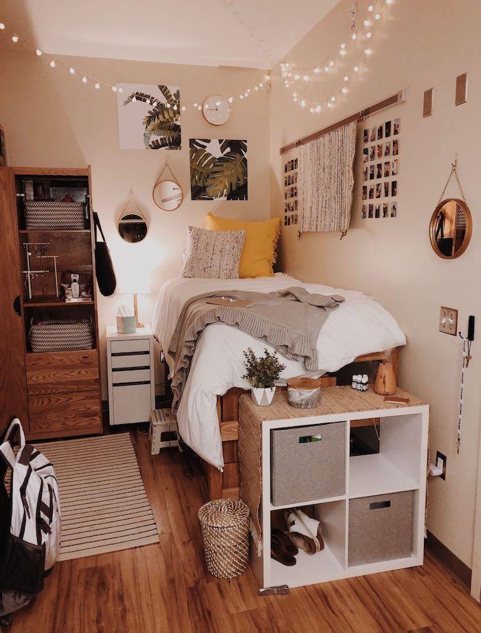 originelle einrichtung teenagerzimmer hochbett jugendzimmer aus paletten kleine lichterkette dekoration möbel aus holz kleiner runder spigel mit goldenem rahmen