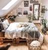 originelle zimmerdeko schlafzimmer mit dachschräge bett aus paletten aufgehängte kleine lichterketten tumblr zimmer deko gestalten schlafzimmer
