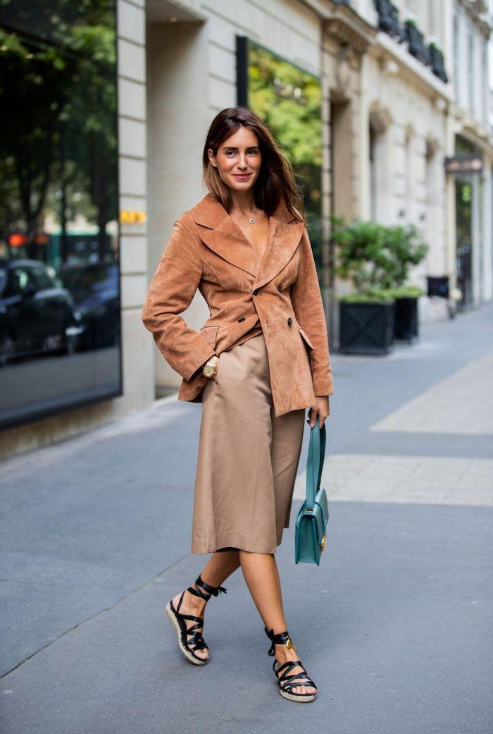 outfit-in-monochrome-farben-beige-hose-kombinieren-schwarze-sandalen-elegante-jacke-grüne-mini-tasche-braune-haare-kurzhaarfrisuren-ideen