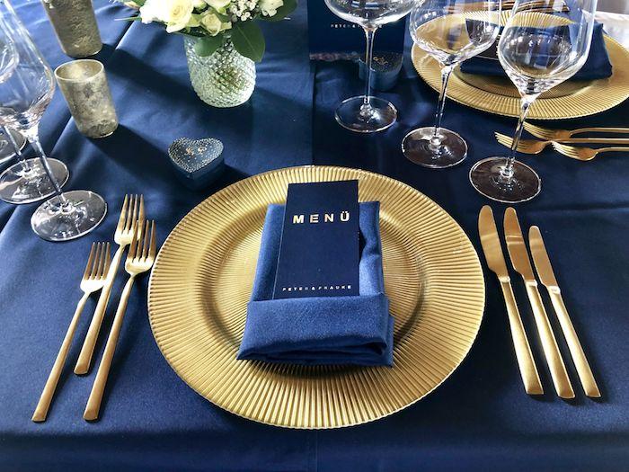 prächtig aussehende hochzeitsdeko zur goldenen hochzeit in dunkelblau und