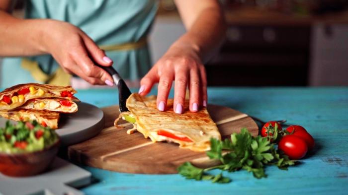 quesadilla rezept einfach und schnell torstilla gefüllt mit paprika hähnchenfleisch käse und zwiebel