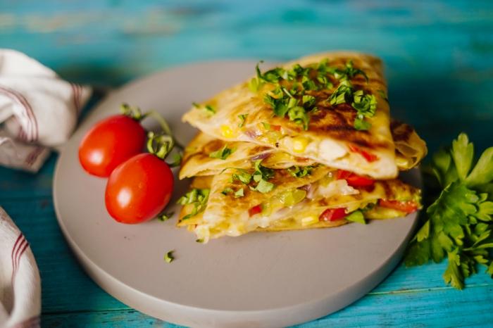 quesadilla selber machen gericht mit tortilla paprika käse und hähnchenfleisch cherry tomaten