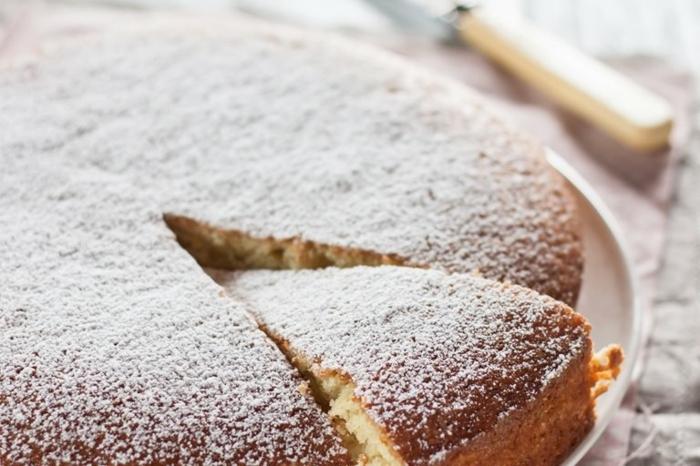 rührkuchen mit joghurt joghurtkuchen rezept einfach schneller kuchen miz vanille und zitronen garniert mit pudderzucker