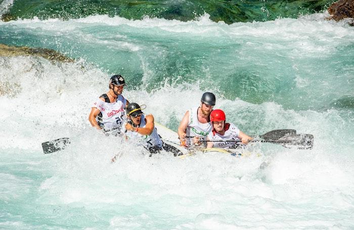 rafting menschen boat im fluss ideen für outdoor aktivitäten während der corona krise was kann man heute machen