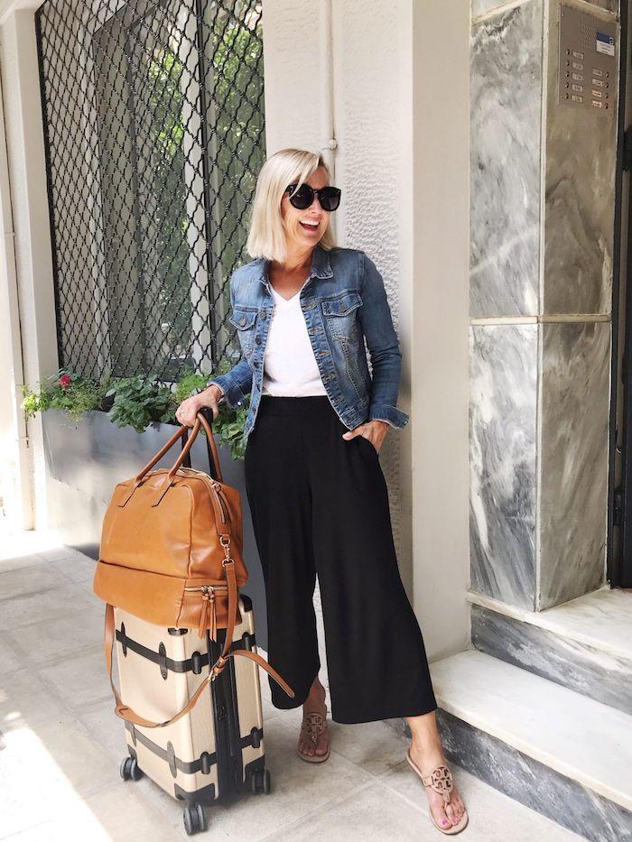 reise style bequem und elegant schwarze weite hose kombinieren mit weißem t shirt und jeansjacke kurzhaarfrisuren blonde haare schwarze sonnenbrillen