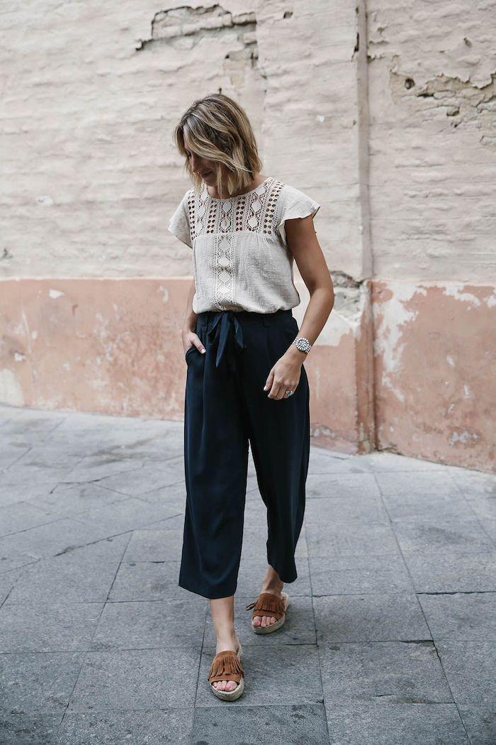 reisen bequeme outfits ideen und inspiration dunkelblaue culotte hose kombinieren mit weißer bluse kurzhaarfrisuren blonde haare mit strähnen