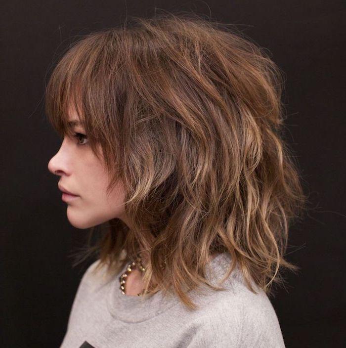 retro frisur aus den 70 ern für mittellanges haar shaggy style welliges braunes haar