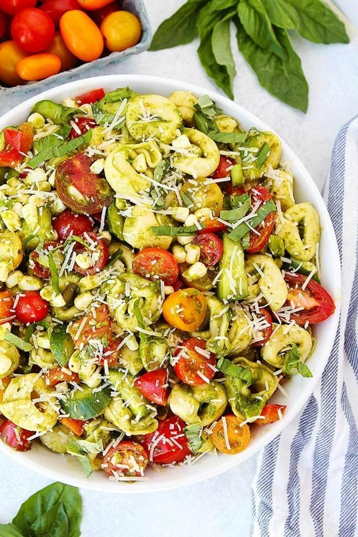 rezept des tages schnelle einfache gerichte sommersaat mit tortellini cherry tomaten kräutern und käse