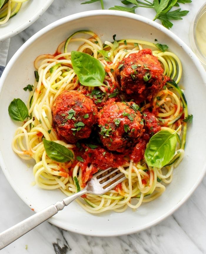 rezept des tages spaghetti mit fleischklößchen basikikum und tomatensoße schnelle einfache gerichte eifnaches rezept