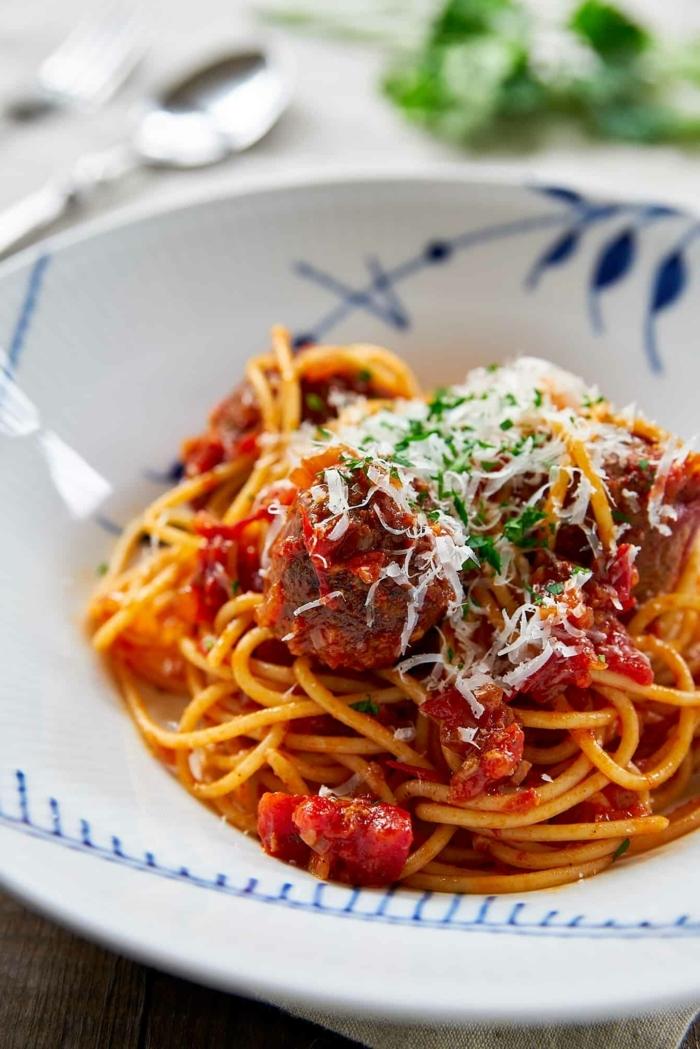 rezept des tages spaghetti mit tomatensoße parmesan und fleischklößchen schnelle einfache gerichte abednessen
