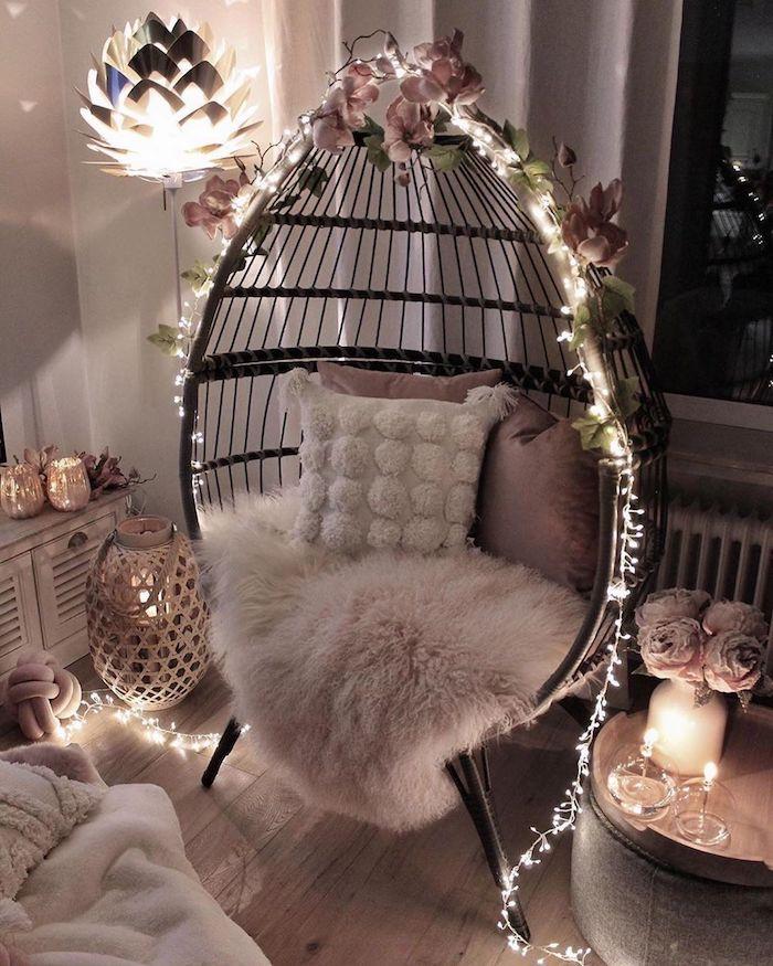 romantische innenausstattung dekorartikel wohnzimmer schaukel mit lichterketten und blumen dekoriert flauschige decke und kissen dekoration ideen kerzen