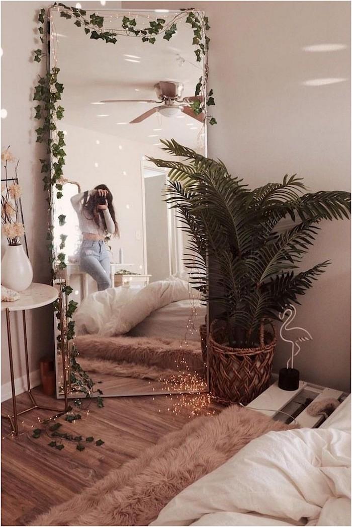 rosa tumblr zimmer deko ideen grüne pflanze großer spiegel mädchen macht foto flauschiger pinker teppich bett aus paletten
